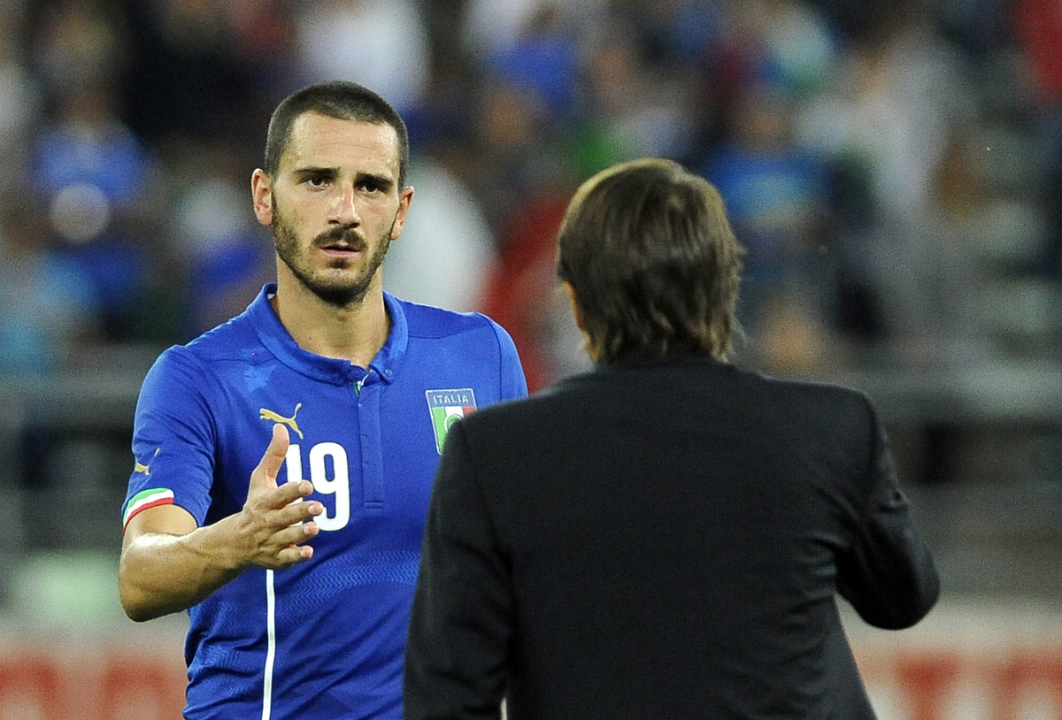 Head coach of Italy Antonio Conte shakes hands with Leonardo Bonucci following the International Friendly match at Stadio San Nicola, Bari Picture by Stefano Gnech/Focus Images Ltd +39 333 1641678 04/09/2014