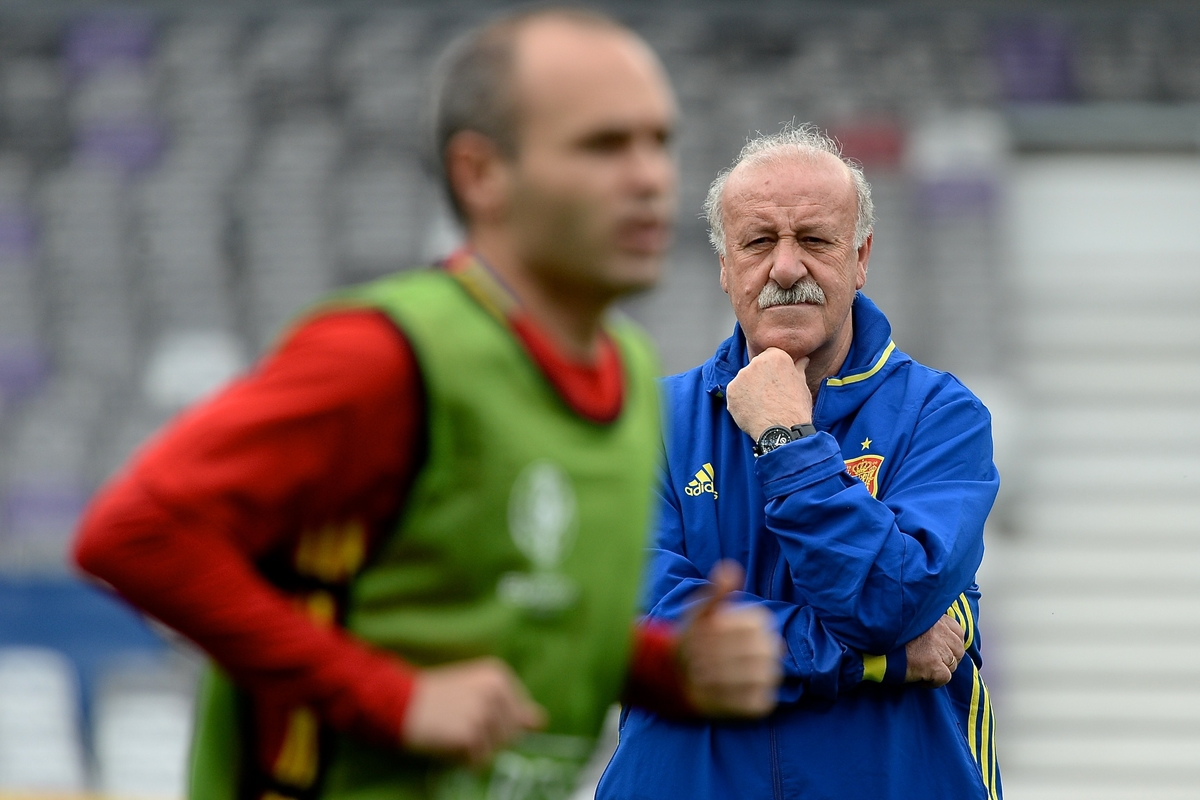 Spain manager Vicente del Bosque watches Andre Iniesta pictured during Spain training at Stadium de Toulouse, Toulouse, France. Picture by Kristian Kane/Focus Images Ltd 07814482222 12/06/2016