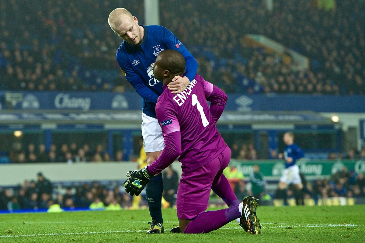 Steven Naismith of Everton (left) and Lille OSC goalkeeper Vincent Enyeama (right) during the UEFA Europa League match at Goodison Park, Liverpool Picture by Ian Wadkins/Focus Images Ltd +44 7877 568959 06/11/2014