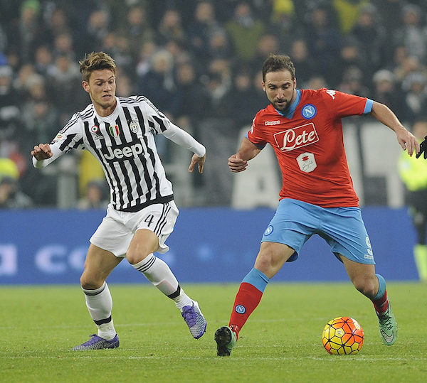 Daniele Rugani of Juventus and Gonzalo Higuaín of Napoli during the Serie A match at Juventus Stadium, Turin Picture by Stefano Gnech/Focus Images Ltd +39 333 1641678 13/02/2016