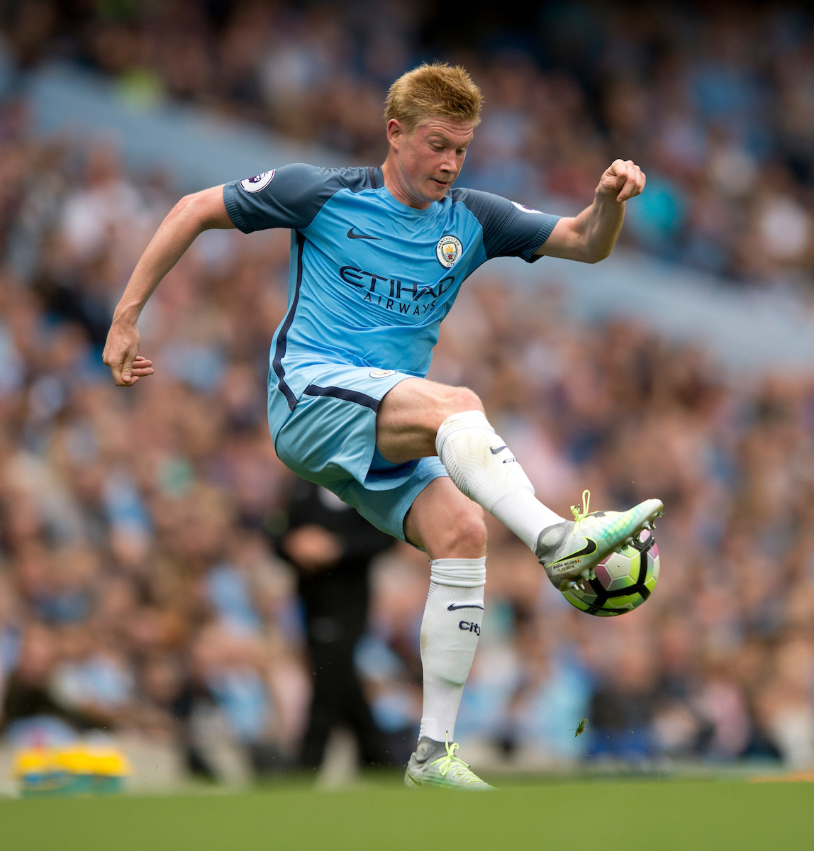 Kevin De Bruyne of Manchester City brings the ball under control during the Premier League match at the Etihad Stadium, Manchester Picture by Russell Hart/Focus Images Ltd 07791 688 420 28/08/2016