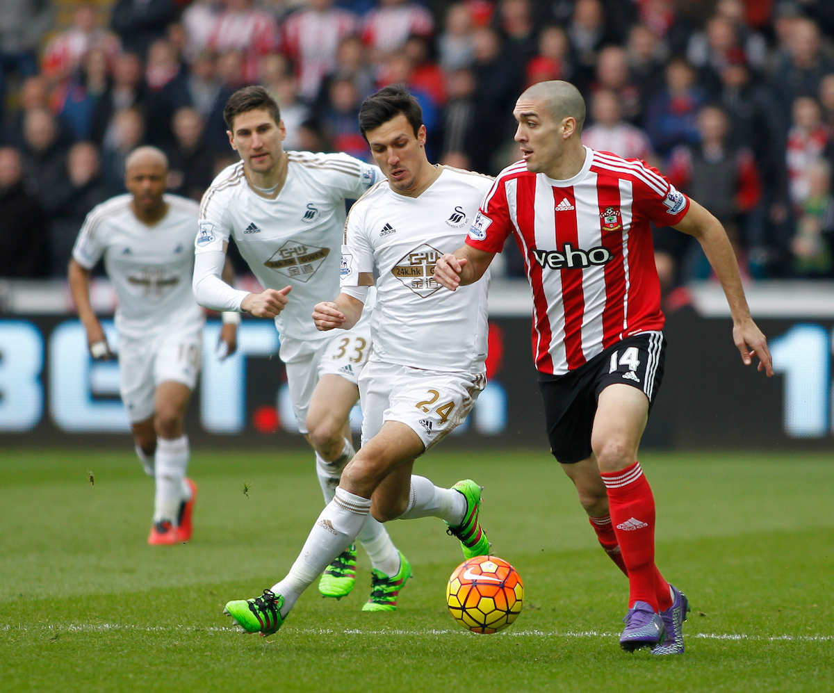Oriol Romeu ante el Swansea en un partido de la temporada pasada. Foto: Mike Griffiths/Focus Images Ltd.