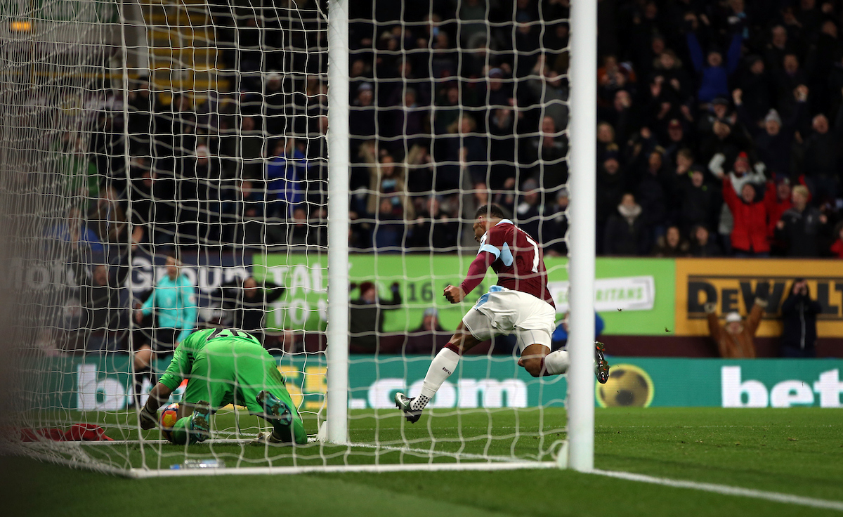 Andre Gray of Burnley puts his side 1-0 up during the Premier League match at Turf Moor, Burnley Picture by Christopher Booth/Focus Images Ltd 07711958291 26/12/2016