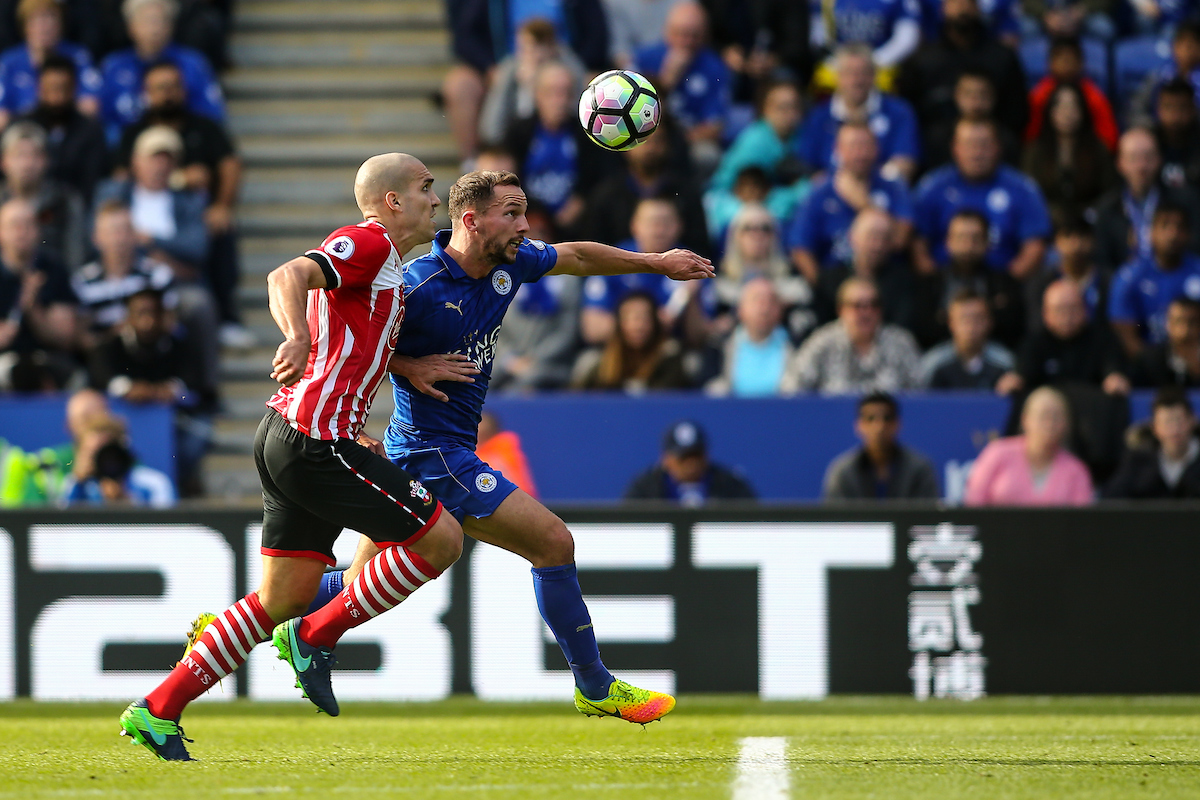 Oriol Romeu disputando un balón con Danny Drinkwater del Leicester City. Foto: Andy Kearns/Focus Images Ltd.
