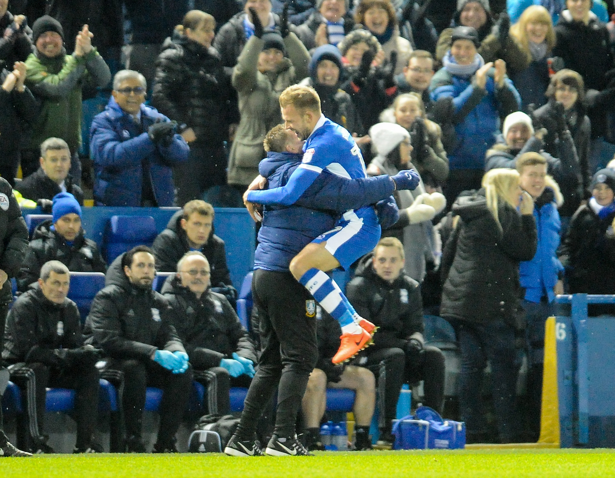 Jordan Rhodes se abraza con su padre después de haber marcado su primer gol con el Sheffield Wednesday. Foto: Richard Land/Focus Images Ltd.