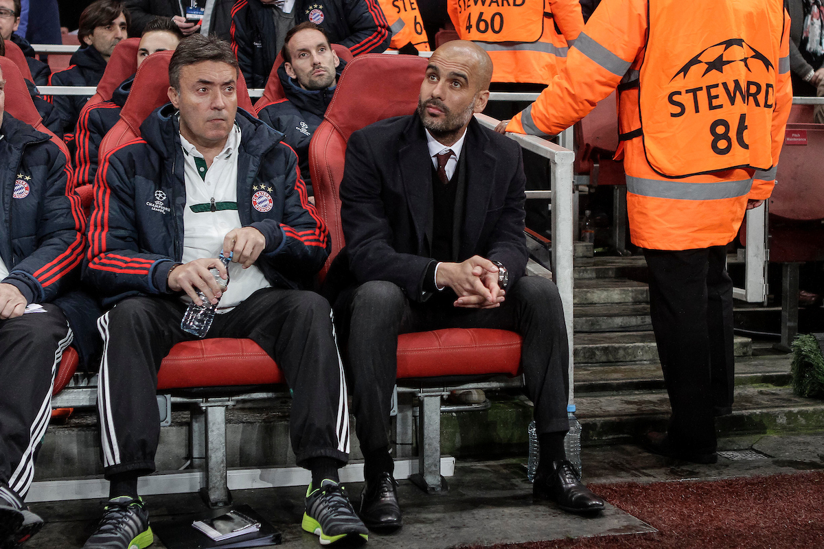 Pep Guardiola y Domènec Torrent en un partido de Champions. Foto: Focus Images Ltd.. Bayern Munich manager Josep Guardiola before the UEFA Champions League match at the Emirates Stadium, London Picture by Daniel Chesterton/Focus Images Ltd +44 7966 018899 19/02/2014
