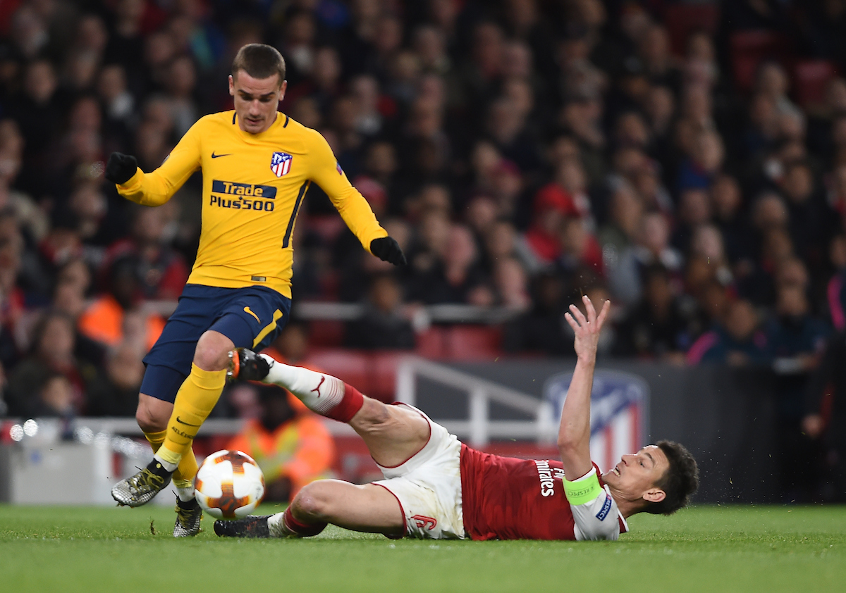 Atletico Madrid's Antoine Griezmann beats Arsenal's Laurent Koscielny to the ball on his way to scoring their first goal during the UEFA Europa League Semi-Final match at the Emirates Stadium, London Picture by Daniel Hambury/Focus Images Ltd 07813022858 26/04/2018