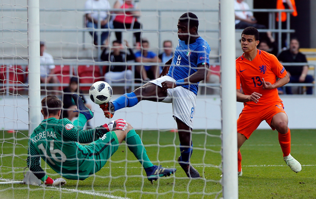 Manu Emmanuel Gyabuaa (c) of Italy attempts to score past Joey Koorevaar (l) of Netherlands during the UEFA Euro U17 Championship Final match at the New York Stadium, Rotherham Picture by Simon Moore/Focus Images Ltd 07807 671782 20/05/2018