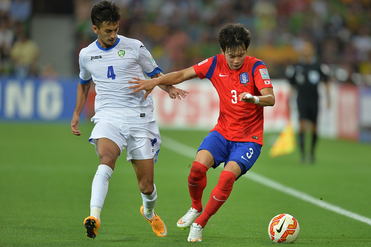 Kim Jin Su of Korea Republic (right) and Sardor Rshidov of Uzbekistan (left) contest for the ball during the AFC Asian Cup match between Korea Republic vs Uzbekistan at Melbourne Rectangular Stadium (AAMI Park) Melbourne, Australia Picture by Frank Khamees/Focus Images Ltd +61 431 119 134 22/01/2015