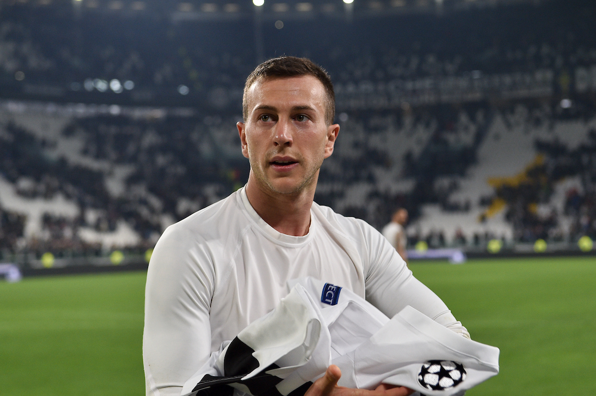Federico Bernardeschi of Juventus signs a T-shirt after the Serie A match at Juventus Stadium, Turin Picture by Antonio Polia/Focus Images Ltd +393473147935 08/03/2019