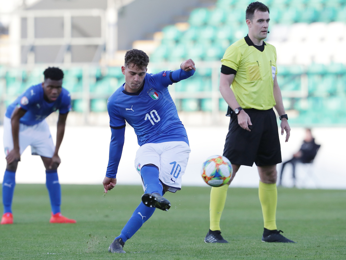 Sebastiano Esposito of Italy takes a free kick to score Italy's second goal during the UEFA Euro U17 Championship match at Tallaght Stadium, Tallaght Picture by Yannis Halas/Focus Images Ltd +353 8725 82019 04/05/2019