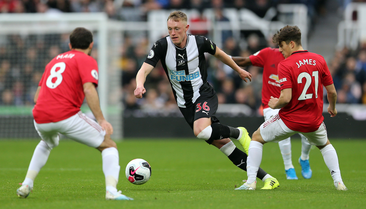 Sean Longstaff ante varios jugadores del United. Foto: Simon Moore/Focus Images Ltd.