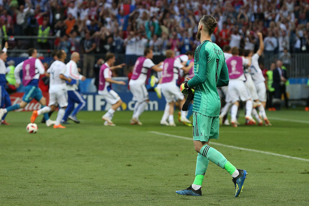 David De Gea of Spain looks dejected as the Russian players mob Igor Akinfeev of Russia and celebrate victory at the end of the 2018 FIFA World Cup match at Luzhniki Stadium, Moscow Picture by Paul Chesterton/Focus Images Ltd +44 7904 640267 01/07/2018