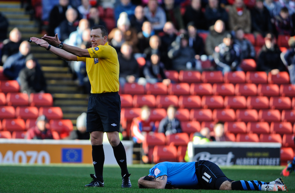 Picture by Richard Land/Focus Images Ltd +44 7713 507003.27/10/2012.Referee Kevin Friend explains he'd played advantage as Andy Reid of Nottingham Forest was brought down during the npower Championship match at Oakwell, Barnsley.