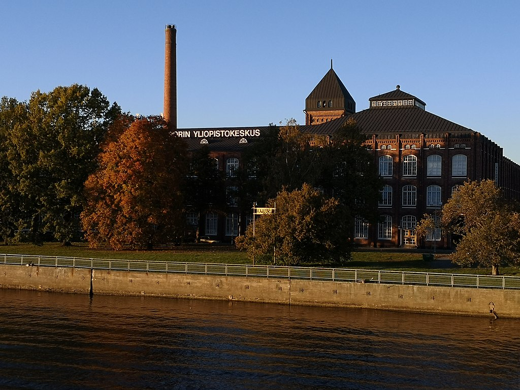 University of Pori.  Creative Commons Attribution-Share Alike 4.0 International. Autor: Shoesstrategy Foto: https://commons.wikimedia.org/wiki/File:University_Consortium_of_Pori_in_its_early_October_evening_glory.jpg