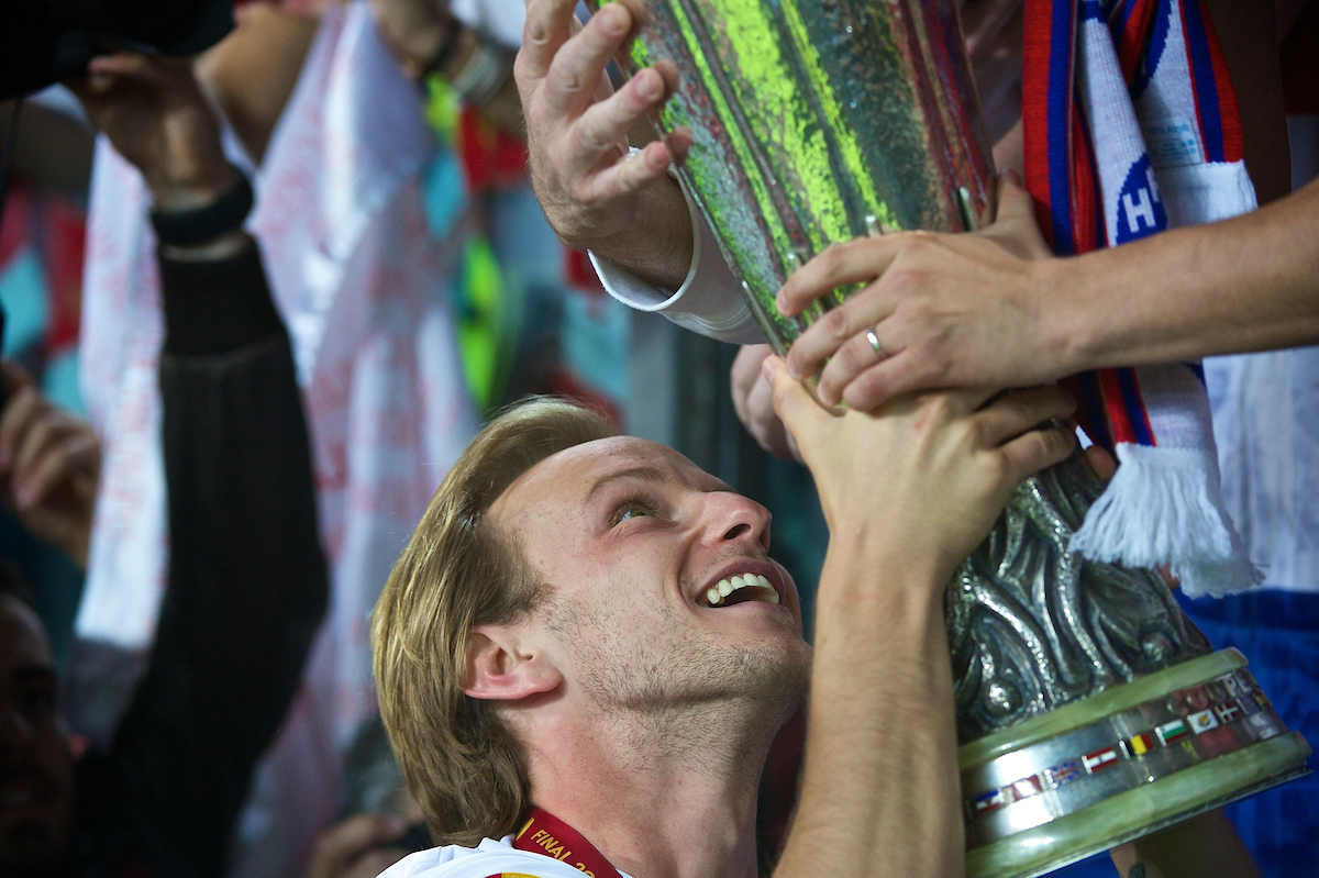Ivan Rakitić of Sevilla lets fans touch the trophy following the UEFA Europa League match at Juventus Stadium, Turin Picture by Ian Wadkins/Focus Images Ltd +44 7877 568959 14/05/2014