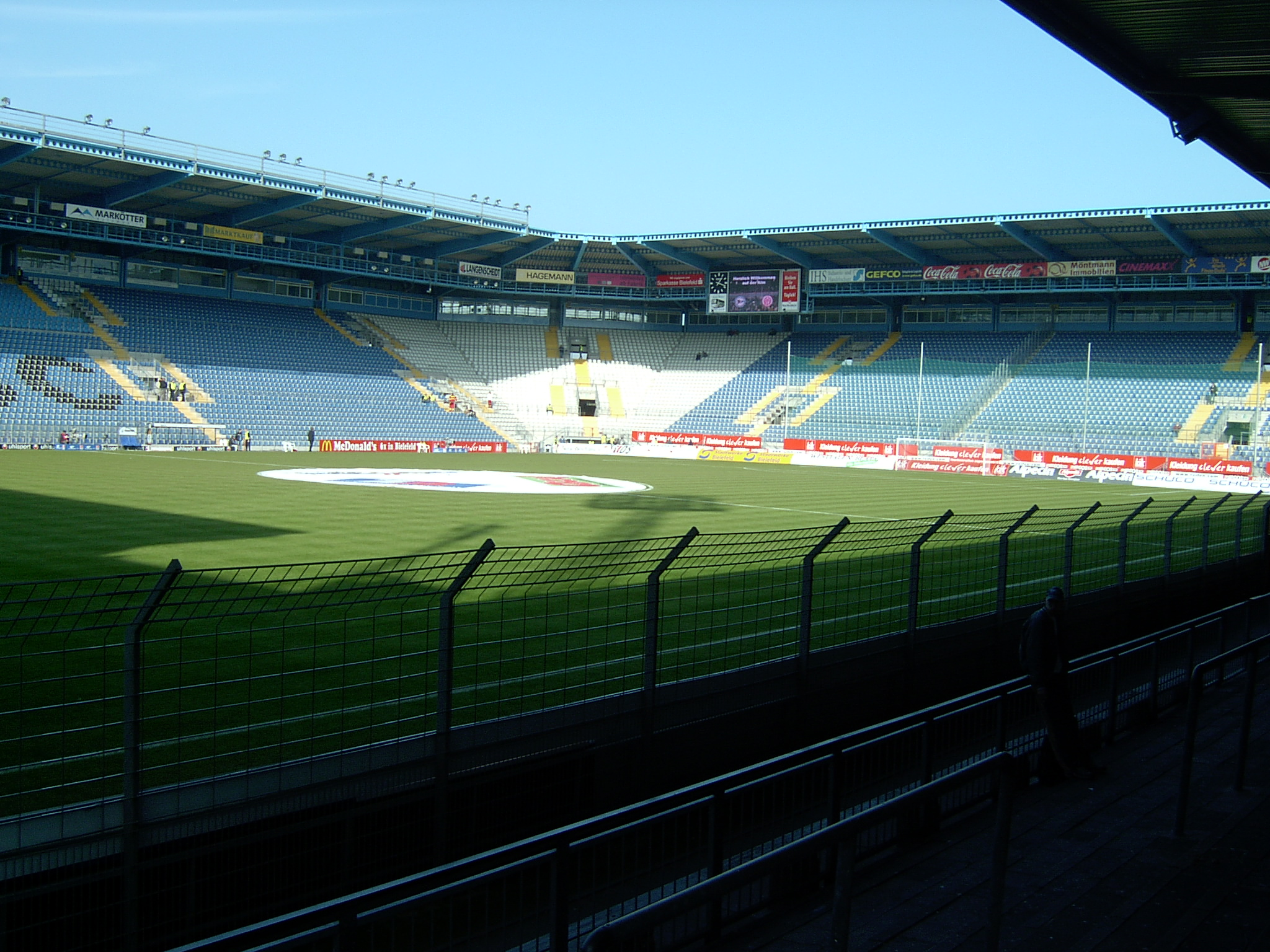 "Estadio Bielefeld CC ""Ecke Nord-West leer"". Licensed under CC BY-SA 3.0 via Wikimedia Commons - http://commons.wikimedia.org/wiki/File:Ecke_Nord-West_leer.JPG#/media/File:Ecke_Nord-West_leer.JPG"
