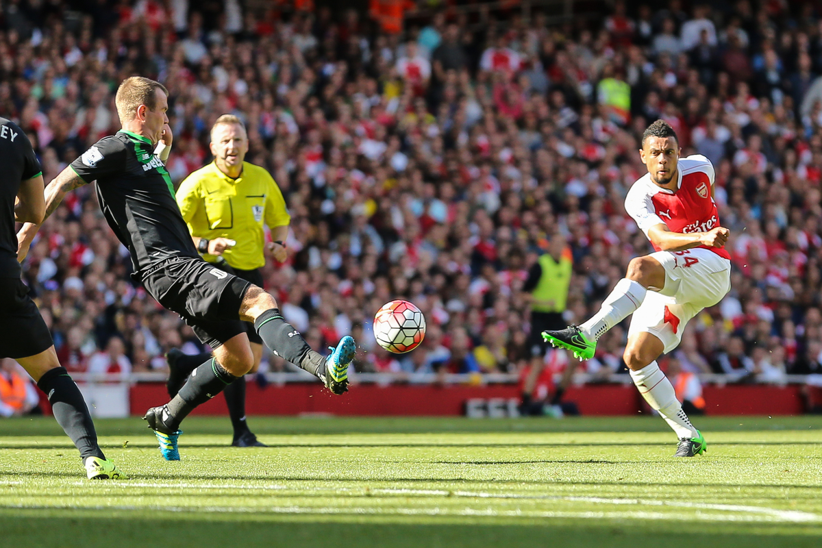 Francis Coquelin of Arsenal shoots during the Barclays Premier League match at the Emirates Stadium, London Picture by David Horn/Focus Images Ltd +44 7545 970036 12/09/2015