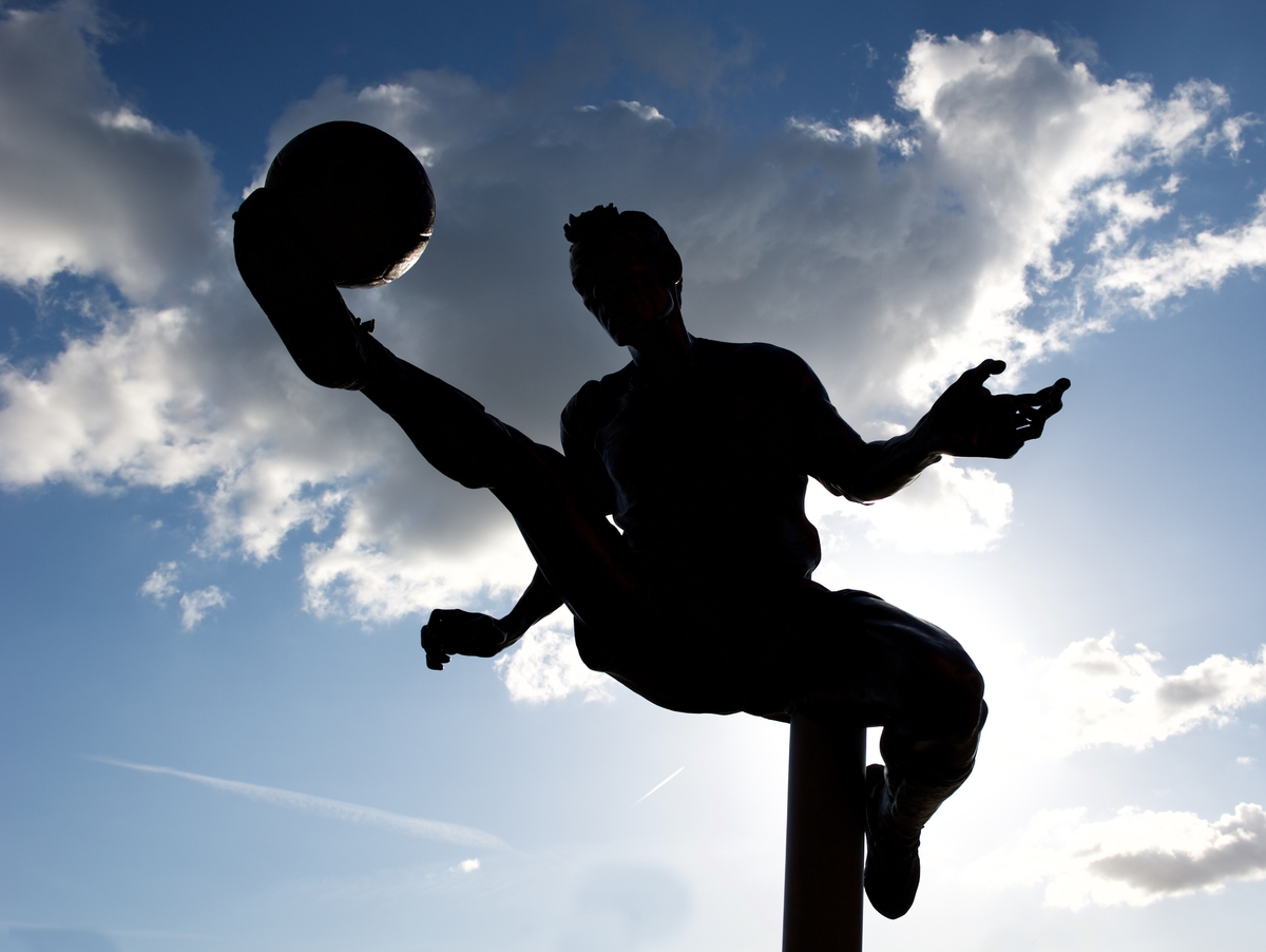 A view of the Dennis Bergkamp statue outside the stadium before the Barclays Premier League match at the Emirates Stadium, London Picture by Alan Stanford/Focus Images Ltd +44 7915 056117 20/05/2015