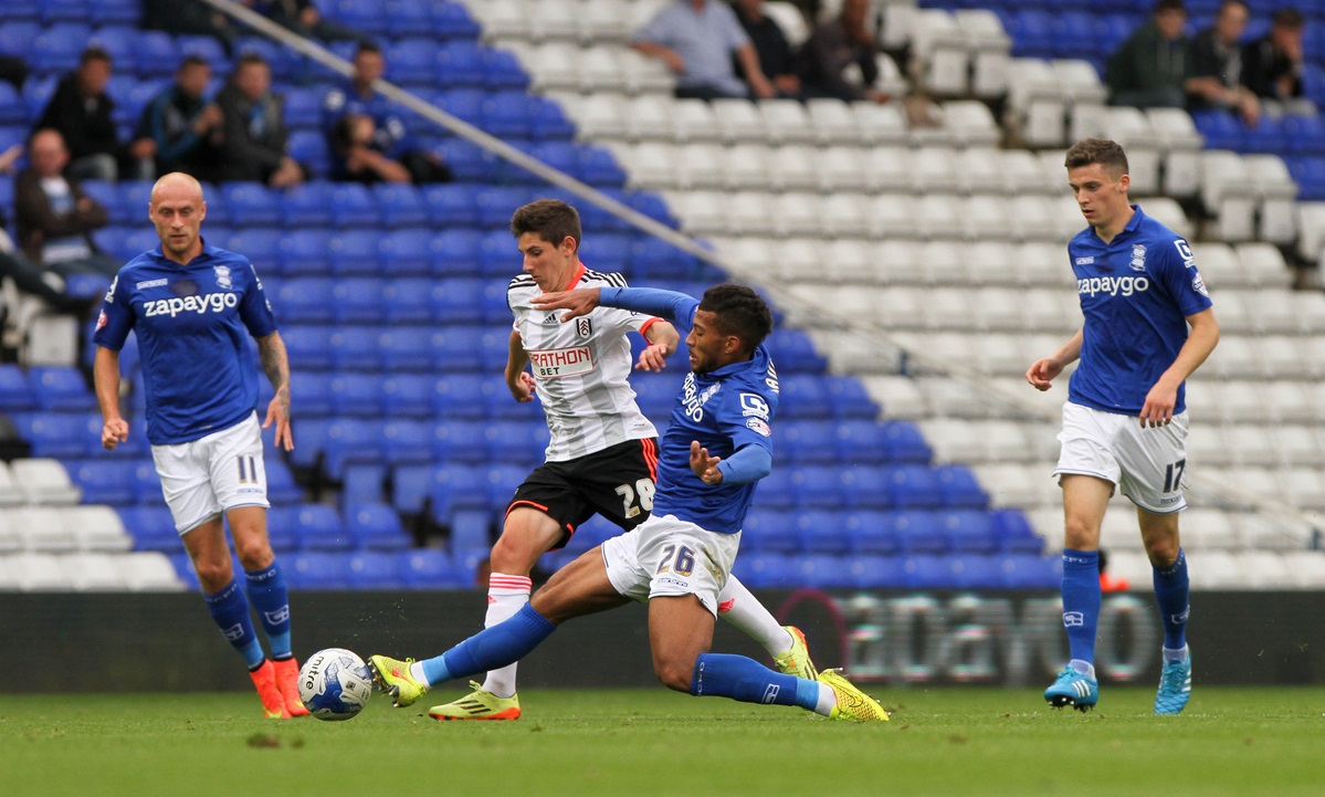 David Davis (centre right) of Birmingham City and Emerson Hyndman (centre left) of Fulham battle for the ball during the Sky Bet Championship match at St Andrews, Birmingham Picture by Tom Smith/Focus Images Ltd 07545141164 27/09/2014