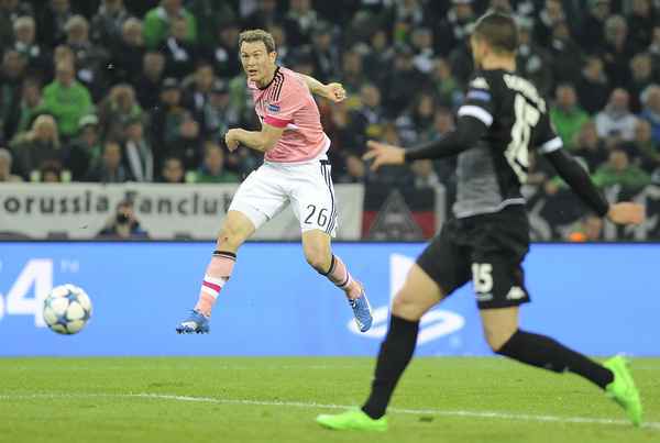 Stephan Lichtsteiner of Juventus scores their first goal during the UEFA Champions League match at Stadion im Borussia-Park, Monchengladbach Picture by Stefano Gnech/Focus Images Ltd +39 333 1641678 03/11/2015