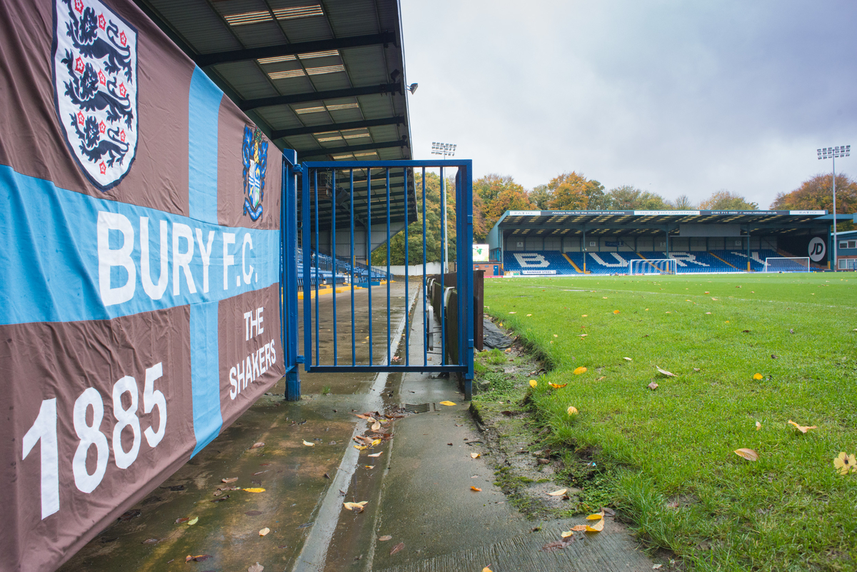 El estadio del Bury, Gigg Lane, no es Wembley.