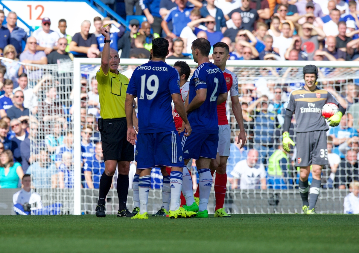 Mike Dean amonesta a Diego Costa. Foto de Alan Stanford/Focus Images Ltd.