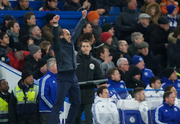 Manager Roberto Martinez of Everton celebrates after his team score to make it 2-3 during the Barclays Premier League match at Stamford Bridge, London Picture by Alan Stanford/Focus Images Ltd +44 7915 056117 16/01/2016
