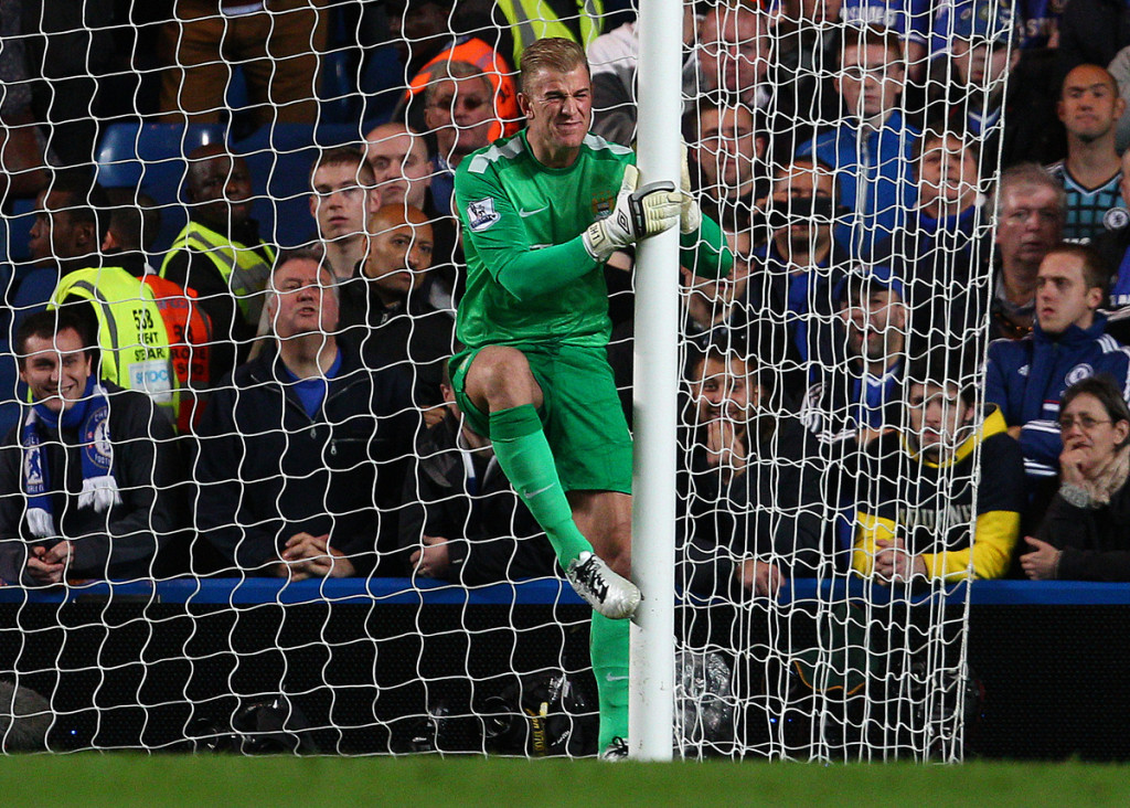 Joe Hart golpea el poste de Stamford Bridge (Foto: Football Focus Ltd)