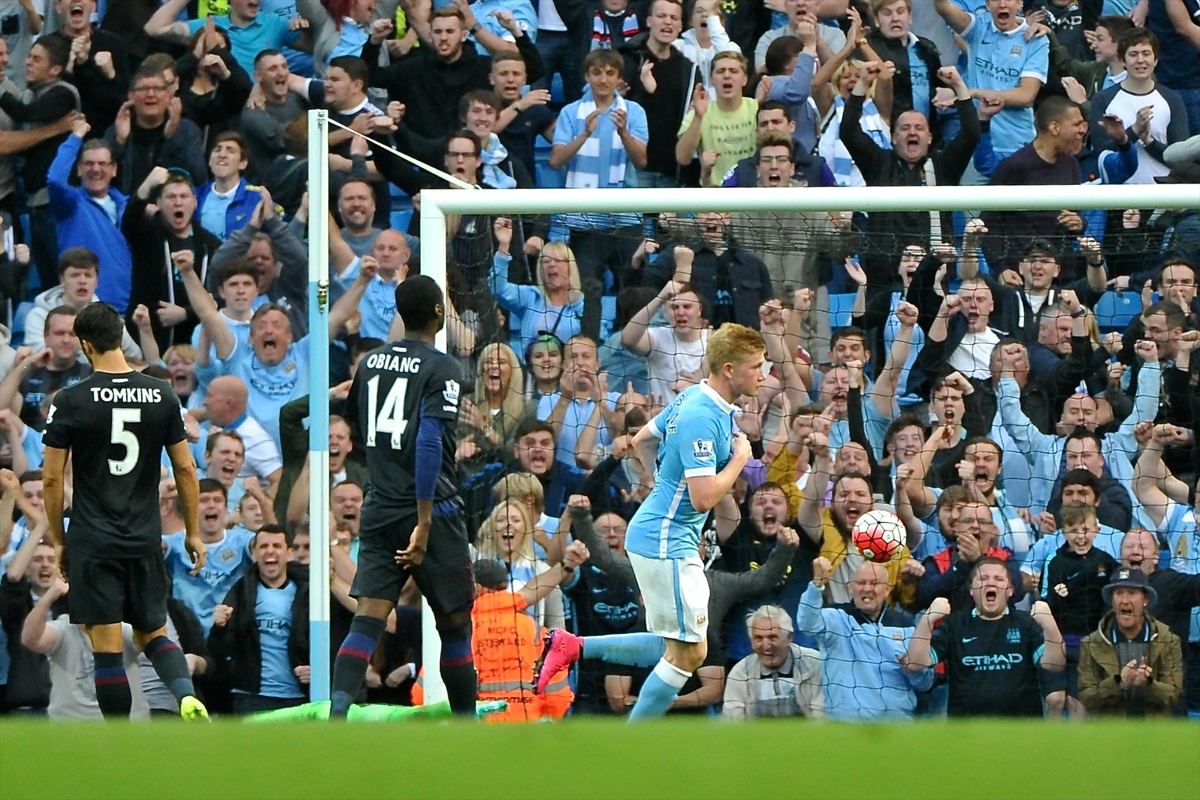 Kevin De Bruyne of Manchester City scores their first goal to make it Manchester City 1 West Ham United 2 during the Barclays Premier League match at the Etihad Stadium, Manchester Picture by Ian Wadkins/Focus Images Ltd +44 7877 568959 19/09/2015