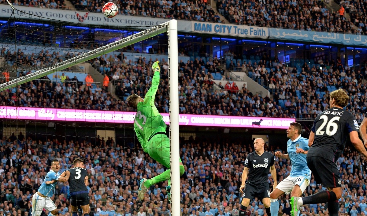 West Ham United goalkeeper Adrián makes a save during the Barclays Premier League match at the Etihad Stadium, Manchester Picture by Ian Wadkins/Focus Images Ltd +44 7877 568959 19/09/2015
