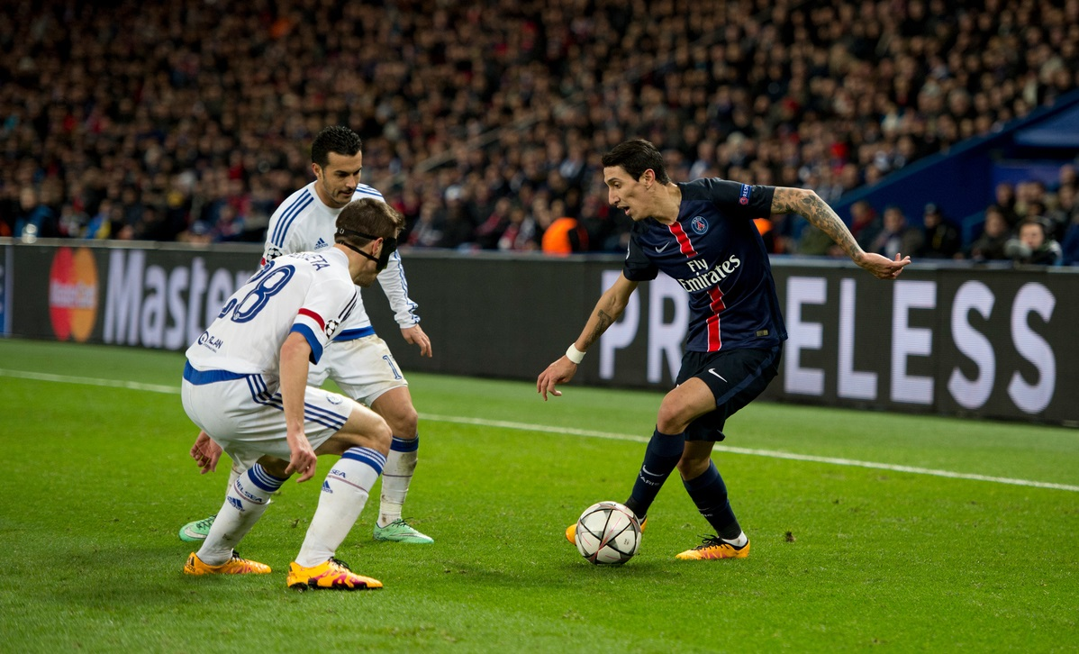 Angel Di Maria of Paris Saint-Germain (right) looks to find a way past Cesar Azpilicueta of Chelsea during the UEFA Champions League match at Parc des Princes, Paris Picture by Russell Hart/Focus Images Ltd 07791 688 420 16/02/2016