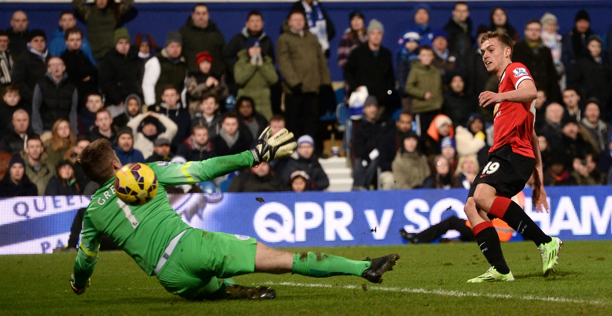 James Wilson le marca un gol al QPR (Foto: Focus Images Ltd)
