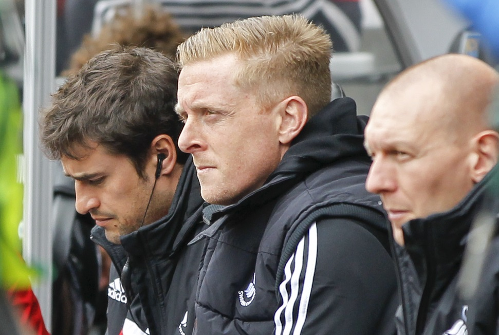 Pep Clotet (al fondo) y Garry Monk (en medio) (Foto: Focus Images Ltd)