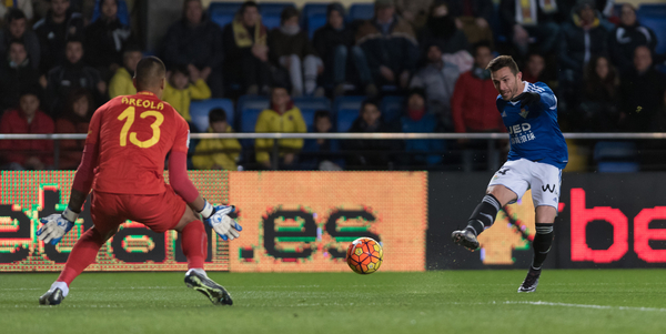 Areola of Villarreal CF shoots at goal towards Ruben Castro of Real Betis during the La Liga match at Estadio El Madrigal, Villarreal Picture by Maria Jose Segovia/Focus Images Ltd +34 660052291 16/01/2016