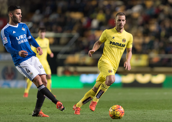 Roberto Soldado of Villarreal CF and Bruno of Real Betis during the La Liga match at Estadio El Madrigal, Villarreal Picture by Maria Jose Segovia/Focus Images Ltd +34 660052291 16/01/2016