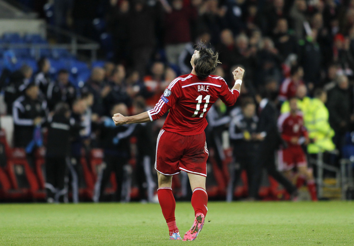 Gareth Bale celebrates the Wales win after the UEFA Euro 2016 Qualifying match at the Cardiff City Stadium, Cardiff Picture by Mike  Griffiths/Focus Images Ltd +44 7766 223933 13/10/2014