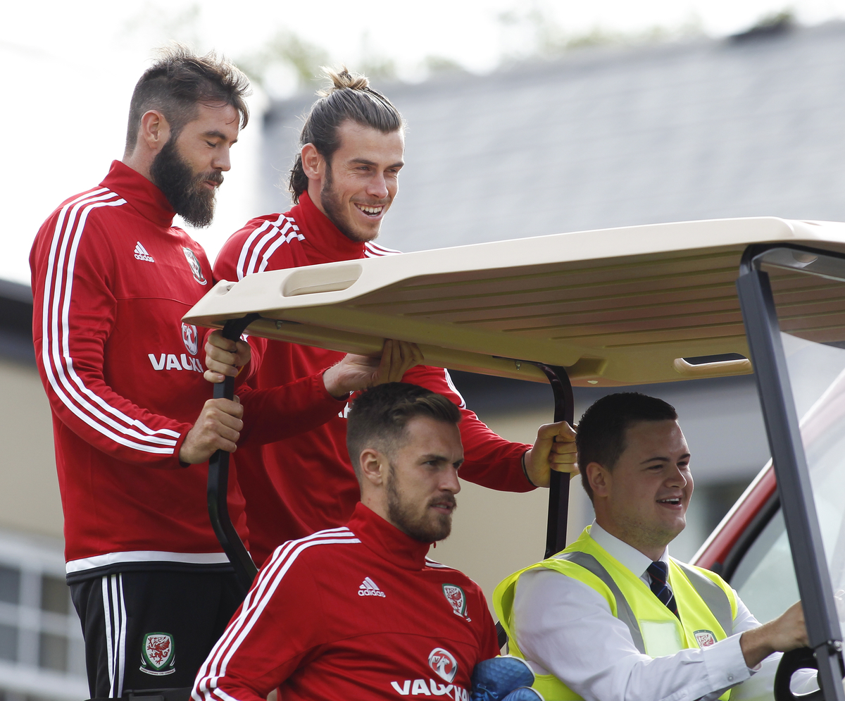 Gareth Bale, Joe Ledley y Aaron Ramsey. Foto: Focus Images Ltd.